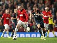 Wayne Rooney z Manchesteru United (vlevo) ve sprintérském souboji s Bastianem Schweinsteigerem z Bayernu Mnichov.