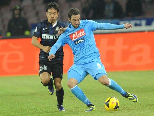 Gonzalo Higuain z Neapole (vpravo) proti AC Milán.