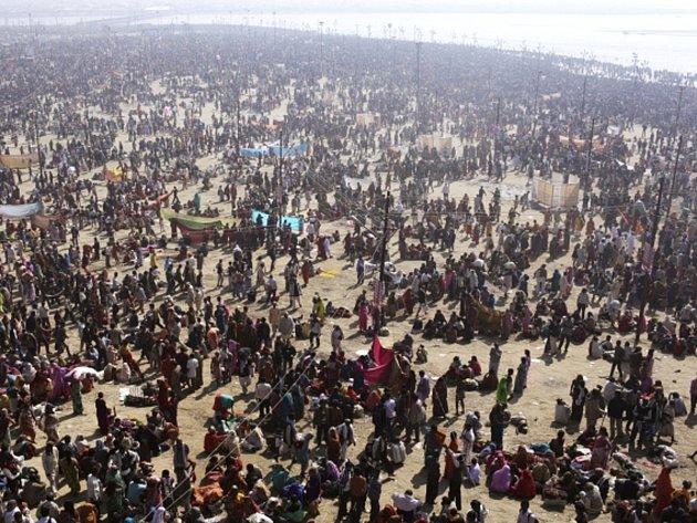 Desítky milionů Indů se ponořily do vod u soutoku řek Gangy a Jamuny, aby tak uskutečnily rituální očistu během dne, který je v rámci tradičního hinduistického svátku Kumbh mélá považován za nejsvětější.