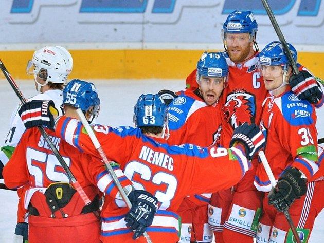 Hokejisté Lva Praha (zprava) Niko Kapanen, Jiří Novotný, Justin Azevedo, Ondřej Němec a Martin Ševc se radují z gólu proti Záhřebu.