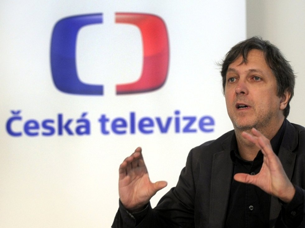 Grafik Aleš Najbrt s novou podobou loga České televize.
