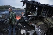 Trosky sestřeleného malajsijského letadla.