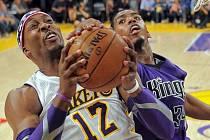 Hvězda LA Lakers Dwight Howard (vlevo) a Jason Thompson ze Sacramenta.