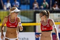 Plážové volejbalistky Markéta Sluková (vlevo) a Kristýna Kolocová.