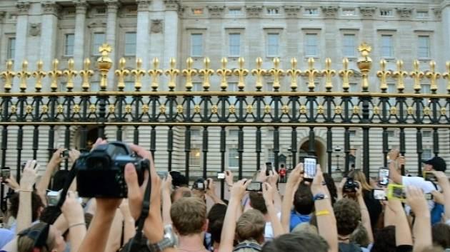 Davy lidí před Buckinghamským palácem v Londýně slaví narození královského potomka.