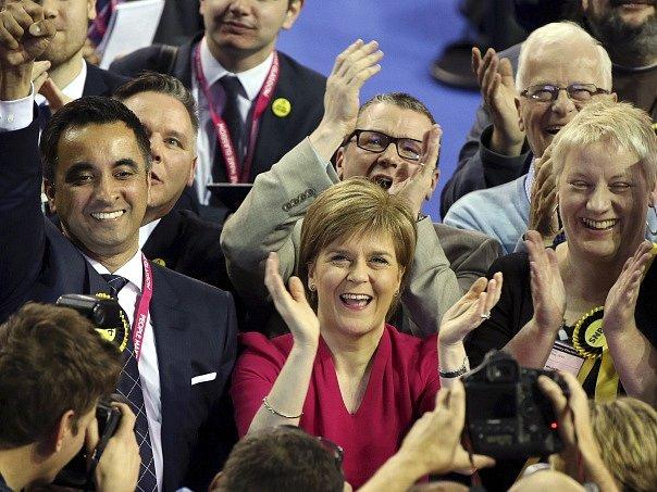 Nicola Sturgeonová (uprostřed) slaví výsledek voleb.