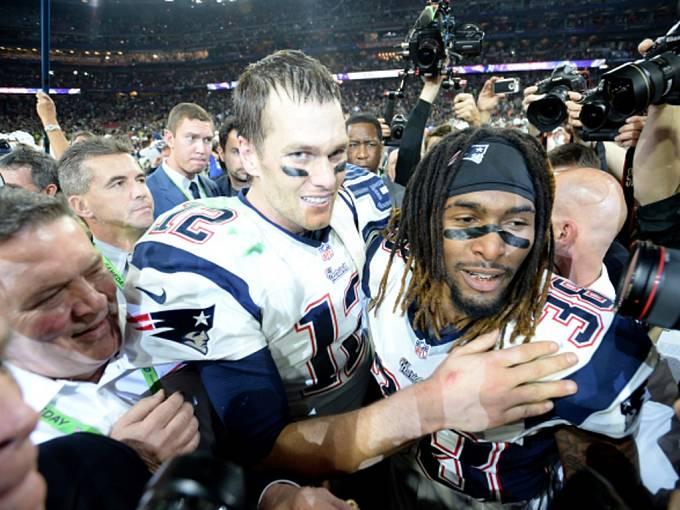 Hráči Tom Brady (vlevo) a Brandon Browner z Patriots se radují z triumfu v Super Bowlu.