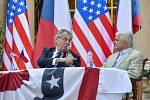 Prezident Miloš Zeman (vlevo) vystoupil 30. června 2020 s projevem na oslavě při příležitosti 244. výročí Dne nezávislosti USA, kterou uspořádal ve své pražské rezidenci americký velvyslanec v ČR Stephen King (vpravo)