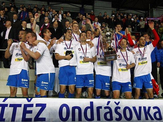 Fotbalisté Plzně se radují z vítězství v Ondrášovka Cupu.