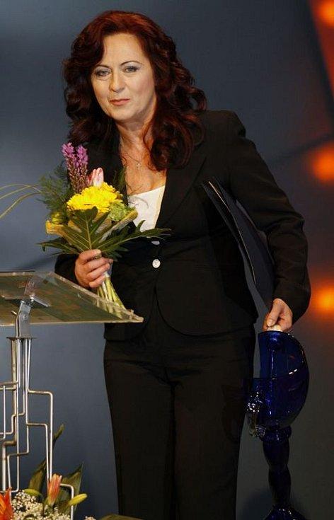 Herečka Simona Stašová si dnes večer z Národního divadla odnesla Thálii 2007 za svůj výkon v roli Evy Mearové ve hře Neila Simona Drobečky z perníku (Divadlo Antonína Dvoříka Příbram).
