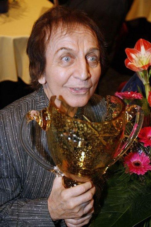 Jaroslav Čejka si s velkou námahou přišel na pódium pro Cenu za celoživotní taneční mistrovství.