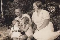 Rodiče Grossmannovy a dcery Eva a Ricarda v roce 1933. Rodinná idyla skončila nástupem II. světové války. Otec uprchl do Brazílie, maminka musela do transportu.
