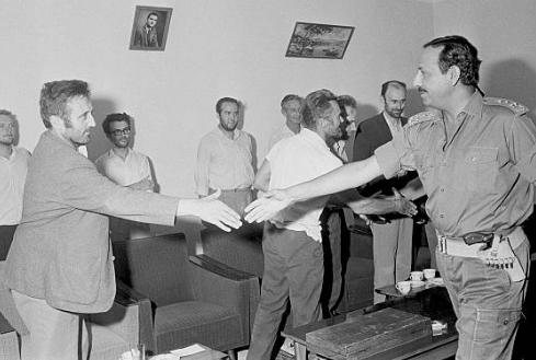 Osvobozená rukojmí při setkání s jordánským velitelem Zaidem ibn Shakerem