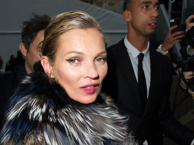 Slavnou britskou modelku Kate Mossovou vyvedli z letadla údajně poté, co se během letu z Turecka na londýnské letiště Luton chovala nevhodně a narušovala pořádek.