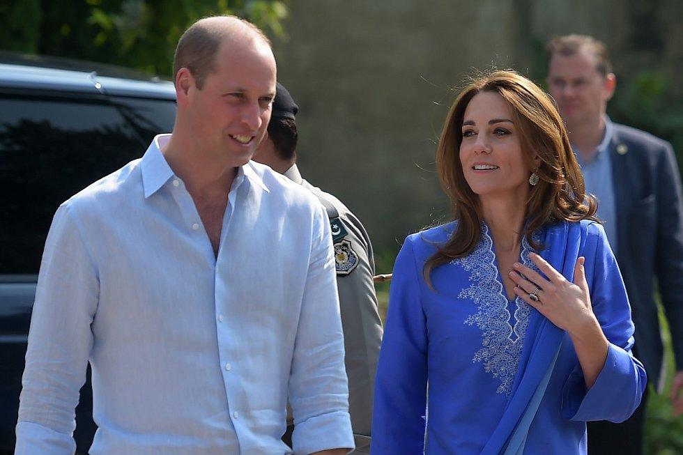 Královský pár při návštěvě školy.
