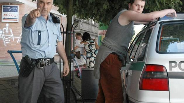 Policista zakazuje fotografovat reportérovi Deníku, jak zatýká fotografa deníku Aha Emanuela Buřánka.