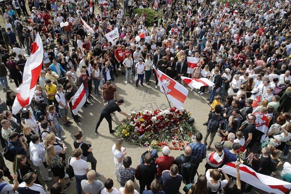 Tisíce lidí v ulicích Minsku vzdaly hold mrtvému demonstrantovi
