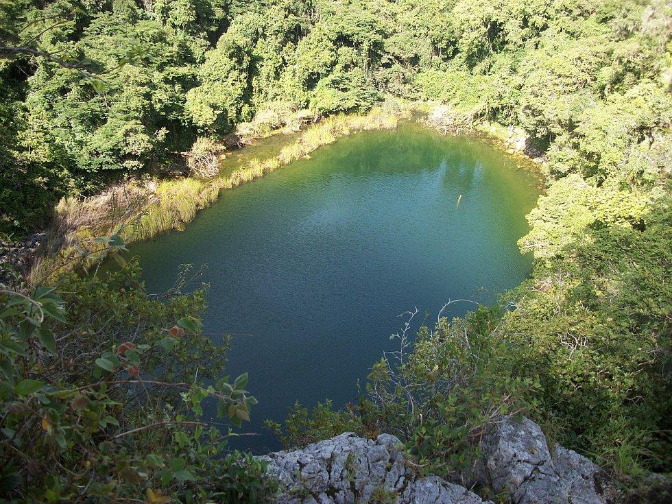 Přírodní studna Cenote Sagrado v Chichén Itzá