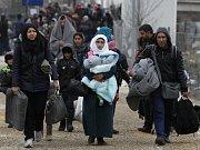 Otec syrské rodiny (na snímku uprostřed), která tento týden utonula na cestě z Turecka do Řecka, se dnes vrátil do syrského města Kobani, aby své blízké pohřbil.