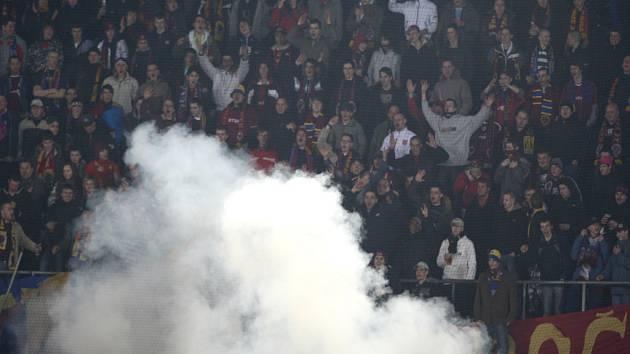 Fotbalový klub AC Sparta Praha vypsal odměnu 100 000 korun za informace vedoucí k dopadení pachatele, který 16. března během ligového utkání s Brnem zranil dělobuchem dvanáctiletého podavače míčů.