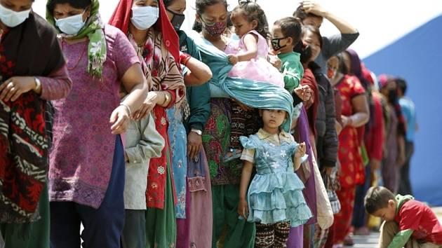 V současnosti lidé v Nepálu ovšem potřebují mnohem naléhavější pomoc: přístřešek, pitnou vodu, sociální zařízení a potraviny.