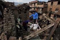 Země s 27 miliony obyvatel byla v politickém a ekonomickém zmatku už dlouho předtím, než v sobotu otřesy o síle 7,8 stupně Richterovy škály začaly ničit domy i životy lidí.