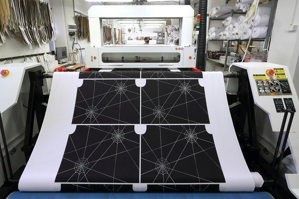 Textilie s vytištěným finálním vzorem a barvou se opět v rolích vkládá do laserové vyřezávačky.