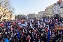 Tisíce Poláků vyšly dnes do ulic téměř dvou desítek měst na demonstrace proti ovládnutí veřejnoprávních médií novou konzervativní vládou, která má přesvědčivou převahu v parlamentu.