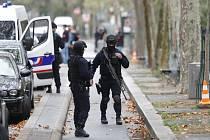 Policisté na místě útoku nedaleko bývalé redakce satirického týdeníku Charlie Hebdo v Paříži, při kterém byli zraněni dva lidé.