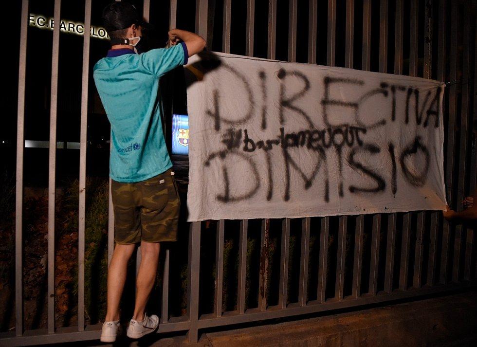 Loňské protesty fanoušků proti vedení poté, co Lionel Messi ohlásil, že chce odejít z Barcelony.