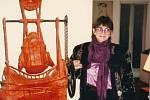 Režisérka Věra Chytilová na návštěvě v domě Mládkových ve Washingtonu (1972) – symbolicky se sochou Karla Nepraše Račte točit
