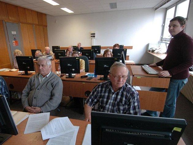 ŠIKANA. Senioři na vysoké škole v Ostravě-Porubě měli štěstí. Zdarma mohli navštěvovat počítačový kurz. Ostatní důchodci ale často nárok na rekvalifikaci vůbec nemají.