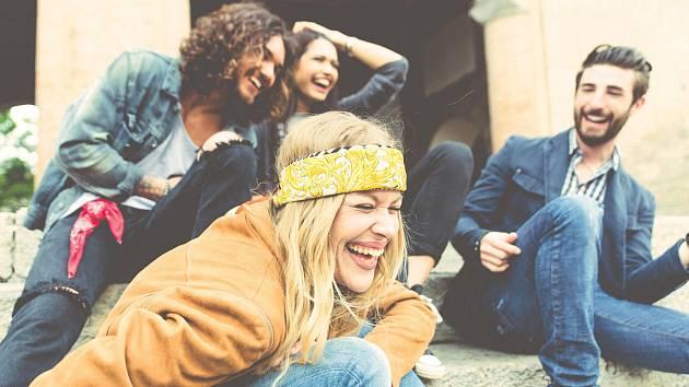 Ve společnosti přátel se smějeme až třicetkrát víc, než když jsme sami.
