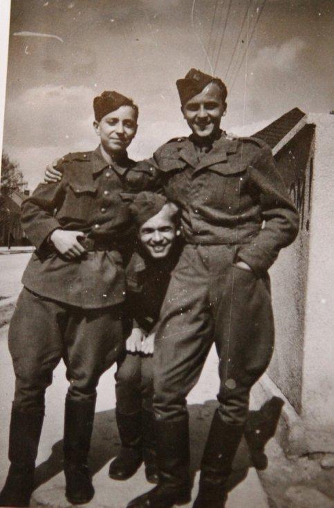 Sigmund Hladík (vpravo) s kamarádem Zdeňkem Damaškem (vlevo), se kterým prošel dukelským průsmykem a poté hrál v hudební četě