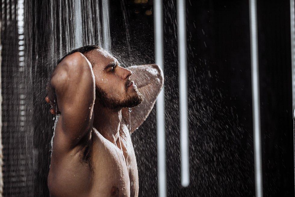 Sprcha je pro pokožku mnohem lepší než napuštěná vana.
