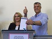 Hashim Thaçi u volební urny.