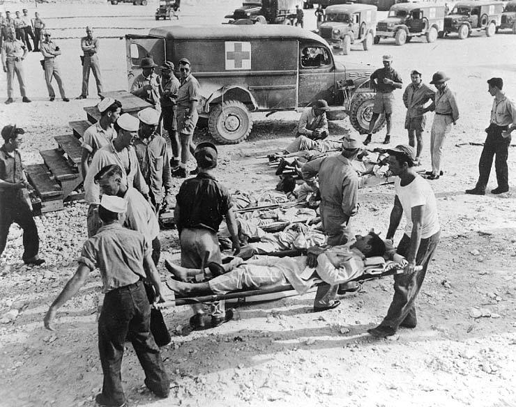 Přeživší námořníci z Indianapolisu v srpnu 1945 na ostrově Guam