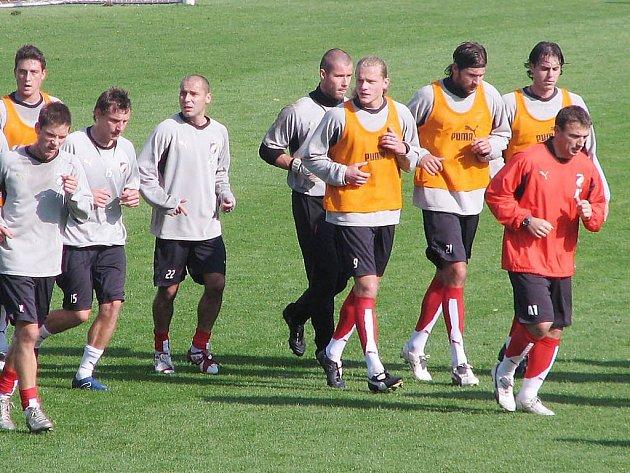 Fotbalisté Viktorie Plzeň vyklusávají na závěr včerejšího předzápasového tréninku na Městském stadionu ve Štruncových sadech.