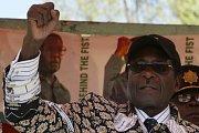 V důsledku opakovaných represí a tlaku vlády na opozici se rozhodl zimbabwský opoziční lídr Morgan Tsvangirai, že se závěrečného kola voleb. Dcera zimbabwského opozičního lídra Morgana Tsvangiraie Rubi (druhá zprava) svého otce stále podporuje.