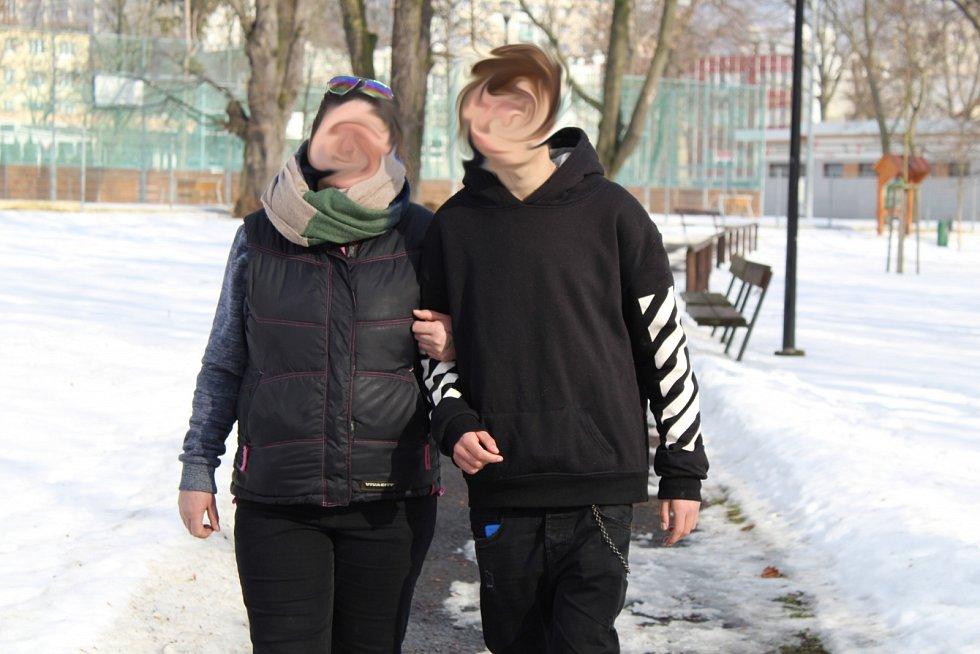 Oběť trestného činu z Mostecka Dominik Č. s maminkou Janou B.