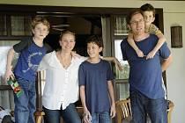 NIC NÁS NEROZDĚLÍ. Zleva: Samuel Joslin, Naomi Watts, Tom Holland, Ewan McGregor a Oaklee Pendergast ve filmu, který se vrací do Thajska osudného 26. prosince 2004.