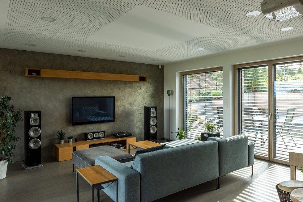 Technické zázemí umožňuje, aby se obývací pokoj změnil během chvilky v malý kinosál.