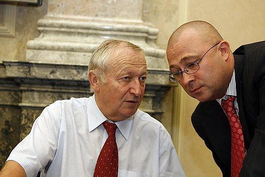 9.září 2009 proběhla v pozdně večerních hodinách mimořádná schůze vlády. Na snímku zleva Eduard Janota – ministr financií a Martin Barták (obrana)