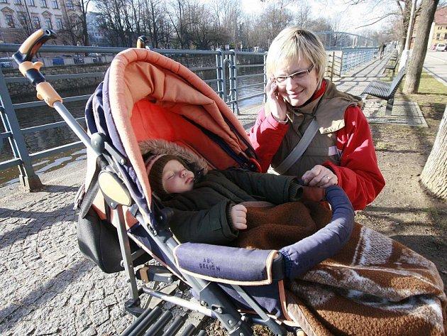 Letošní zima překvapila všechny svou přívětivou tváří, teplem a sluníčkem. Na snímku Ludmila Veselá s patnáctiměsíčním Matoušem.
