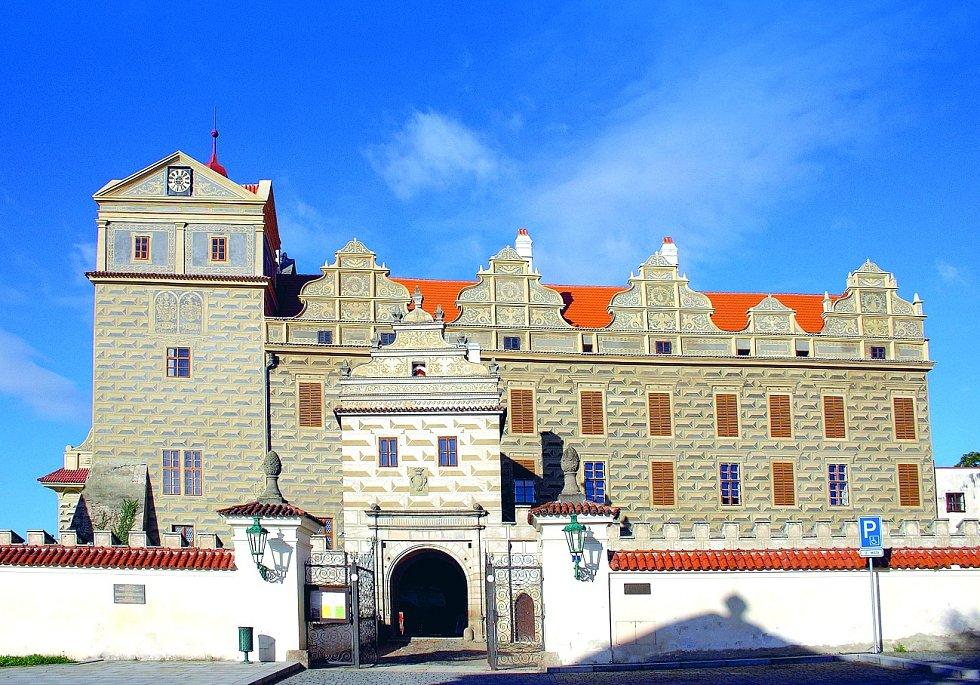 Kdysi hrad, dnes už zámek v Horšovském Týnu patří k těm nejkrásnějším v České republice. Pyšní se rozsáhlým přírodně krajinářským parkem s vyhlídkovou věží, kaplí a letohrádkem.