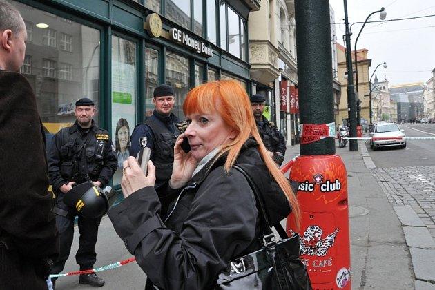 Následky pondělní exploze v jednom z domů v centru metropole.  Na snímku herečka Bára Štěpánová, která měla v uzavřeném úseku pracovní povinnosti.