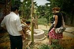 Dr. Jana Mazancová s Vietnamských spolupracovníkem při inspekci nově postavené malé bioplynové stanice.