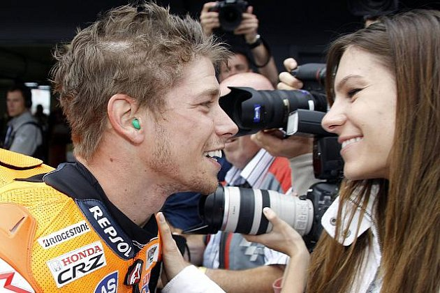 Casey Stoner oslavil triumf v MotoGP se svojí partnerkou Adrianou.
