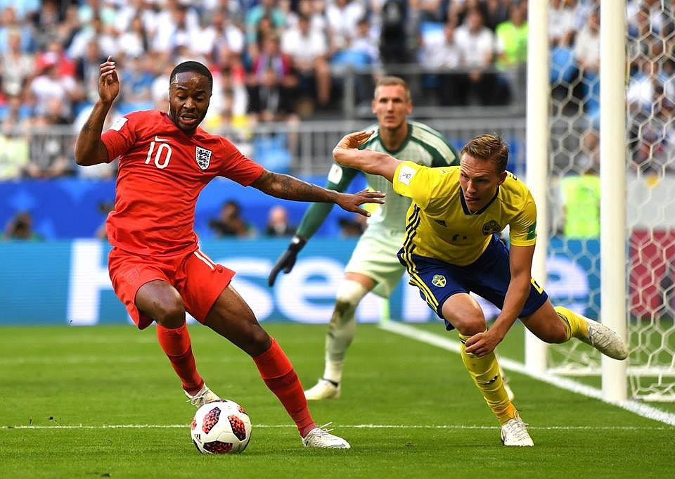 Raheem Sterling (v červeném) bojuje o míč.