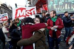 Lidé v Argentině slaví, první úspěšný krok k legalizaci interrupce je za nimi.